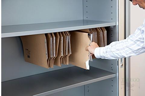 Detalle carpetas colgantes en inferior estante de armario de persiana