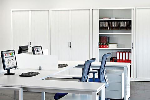 El armario de persiana como perfecto complemento para almacen en la oficina
