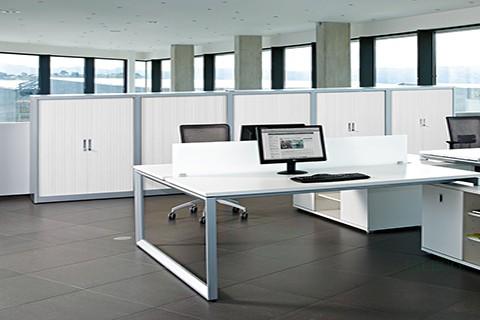 Composición con mesas y armarios de persiana compatibles