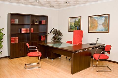 Despacho formado por mesa y armarios en wengue de la serie Lomata