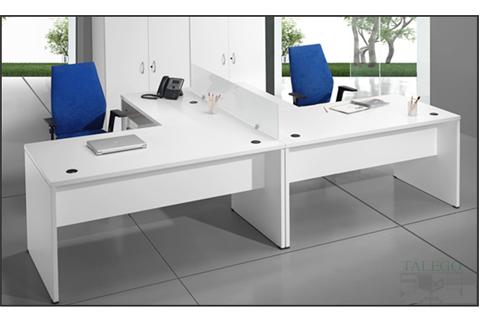 Composición en blanco con divisoria de mesas y armarios de la serie 2000