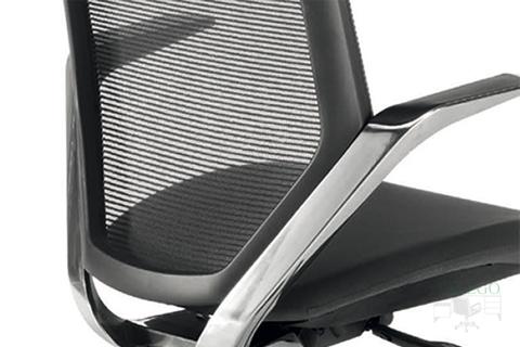 Detalle de los brazos en aluminio pulido del sillón modelo Tokiota