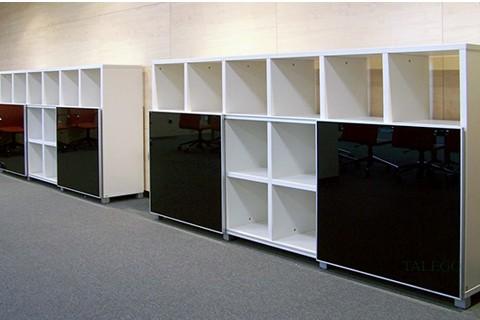 Composición de varias librerias cubic en blanco con puertas correderas de cristal
