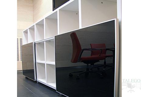 Libreria cubi en blanco con puertas de vitrina negras