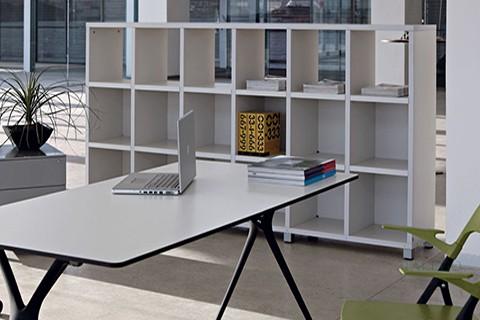 Mesa de oficina con librerias cubic para documentos