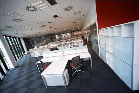 Oficina con mesas y armarios cubic para carpetas