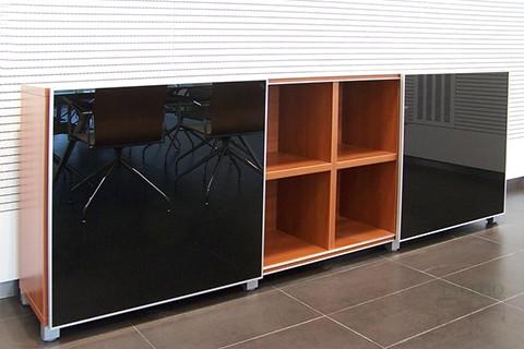 Libreria cubic bajo con puertas en vidrio negro