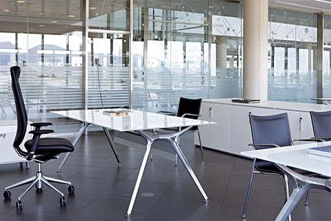 Mesa Arkitek en vidrio blanco con estructura de aluminio