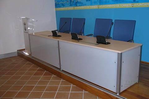 Mesas Vital con Faldón Frontal adaptadas para mesa de Conferencias
