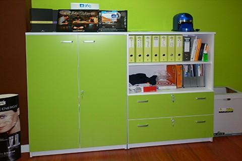 Armarios modulares con puertas y archivo en verde
