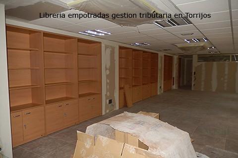 Armarios entre columnas para archivo de documentación en madera de haya