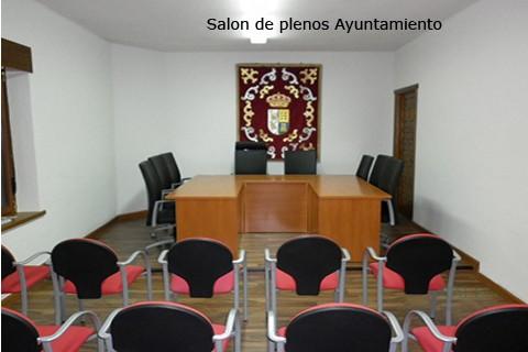 Salón de plenos en ayuntamiento con sillas de brazos