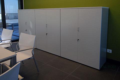 Armarios modulares blancos con puertas completas