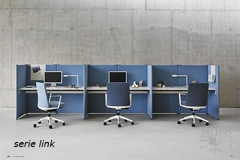 Puestos informaticos a partir de mesas y divisorias tapizados
