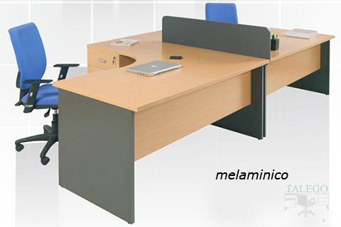 Puesto multiple de mesas de oficina separado por divisoria gris