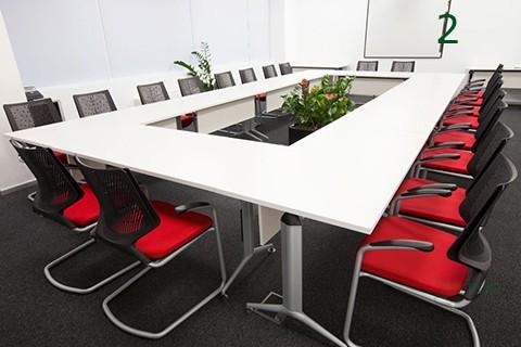 Mesas de juntas rectangular realizada con mesas modulares trama
