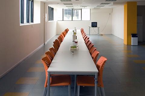 Mesas Modulares blancas utilizadas para mesa de juntas