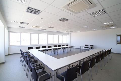 Mesa de juntas en u formada con mesas modulares rectangulares