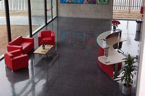 Sala de Recepcion con mostradores informa con modulo para minusvalido