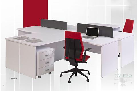 Puesto de oficina en blanco de la serie dado con divisorias de mesa