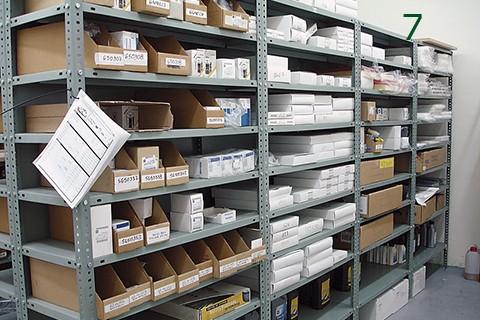 Ejemplo de almacenaje con estanteria de angulo ranurado