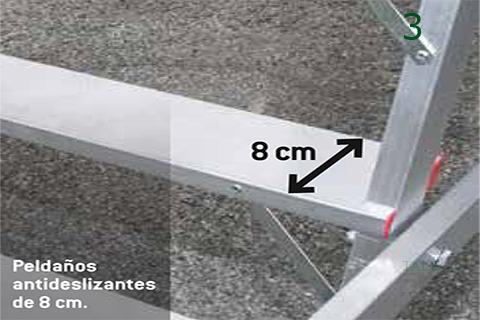 Detalle del peldaño de 8 cm en la escalera sm