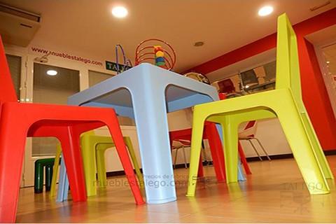 Detalle mesa de plastico en color azul
