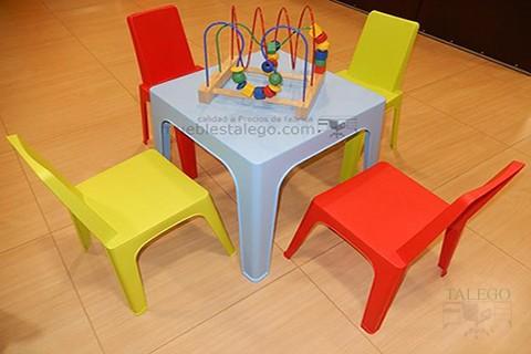 Conjunto de sillas en rojo y verde junto a mesa azul