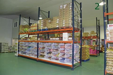 Composición en almacen con estanterias de carga pesada mx