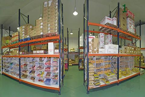 Instalación en almacen con estanterias de media carga