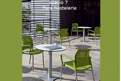 Montaje de mesas redondas con sillas del modelo ber spacio en verde