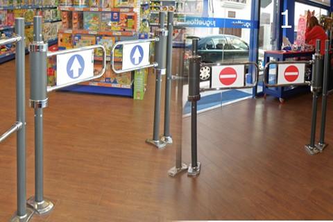 Foto de Banderolas metálicas instaladas para acceso a supermercado