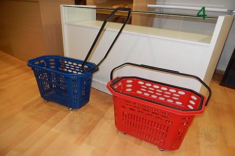 Cestas de compras con ruedas roja y azul