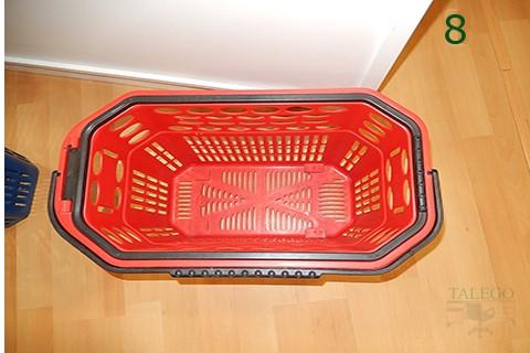 Vista superior de cesta de compras con ruedas roja
