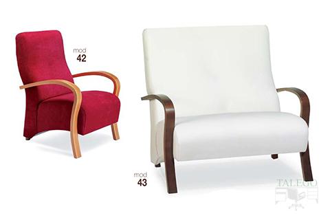 Sofas de una y dos plazas con patas de madera y tapizados modelo 42 y 43