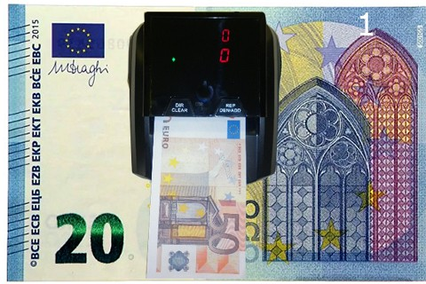 Vista superior de detector de billetes falsos