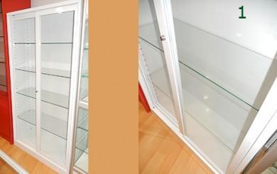 Detalle de las puertas en el armario de vitrina id